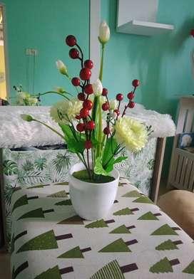 Pot dan bunga plastik