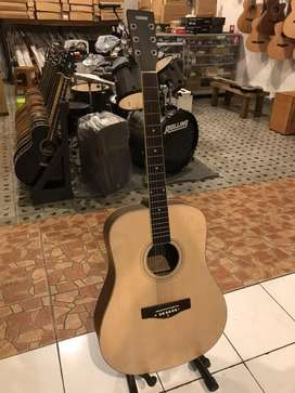 Gitar akustik natural murah di kelsnya