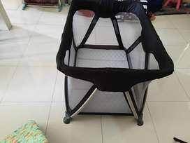 Box Bayi Joie warna hitam. Include kasur