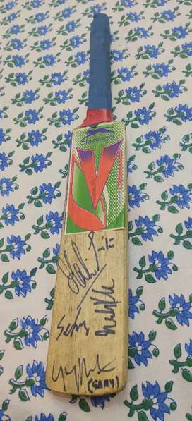 WORLD CUP WINNING SQUAD CRICKET BAT SIGNED TOP CRICKETERS OF INDIA