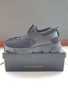 Sepatu baru warna hitam