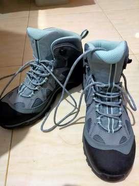Sepatu Hiking merek salomon
