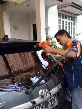 Kaca film mobil dan gedung Jakarta pusat
