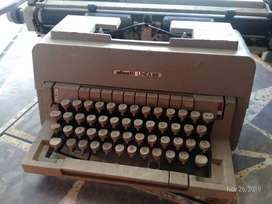 Mesin ketik Olivetti Linea 98