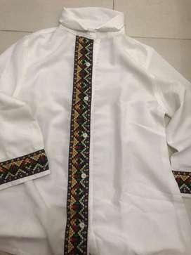 Baju putih motif batik