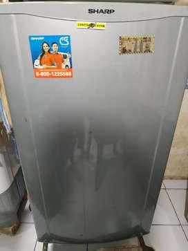 Dijual kulkas satu pintu merk sharp.