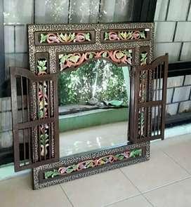 Kaca Cermin Rias Pengilon Penghias Di Dinding Ruang Keluarga