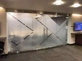 Pasang stiker sanblas & kaca film melindungi aktivitas dalam ruangan