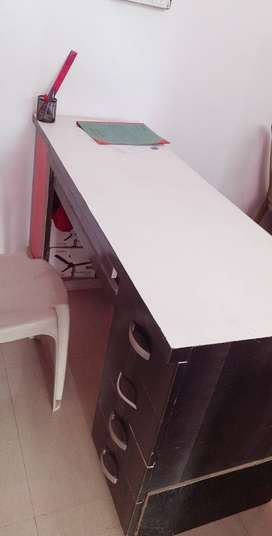 Official desk with 4 sides drawl and one keyboard drawl.
