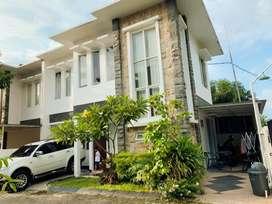 Disewakan Rumah Cantik & STRATEGIS dengan Furnish atau Non Furnish