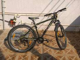 Huge mountain bike with 21 Shimano gear system