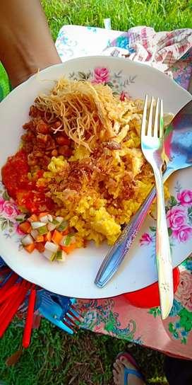 Menjual sarapan pagi (nasi minyak dan nasi lemak)