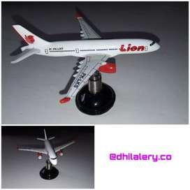Miniatur pesawat untuk mobil