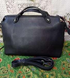 Preloved tas kulit warna hitam kondisi sekali pake lengkap tali