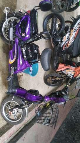 Sepeda listrik ungu