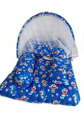 Tempat tidur bayi dengan kelambu besar dengan bantal guling
