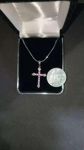 Leontin Salib Batu Pink Sapphire dan diamonds