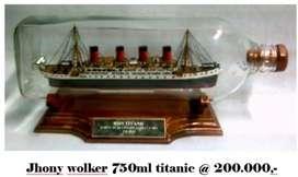 Miniatur kapal titanic dalam botol