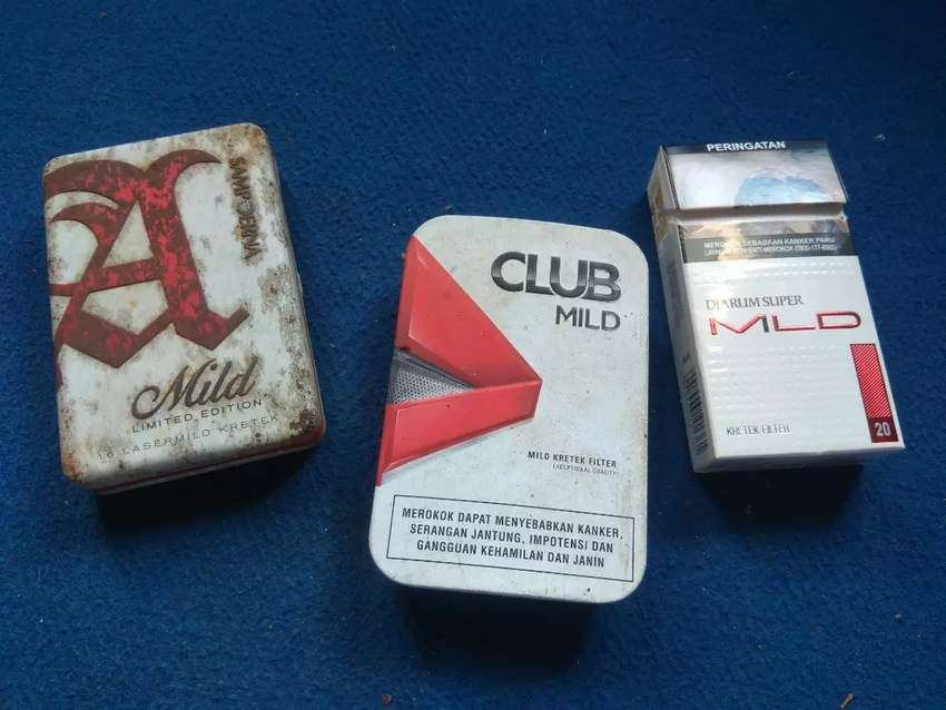 Dua box atau kaleng rokok 0