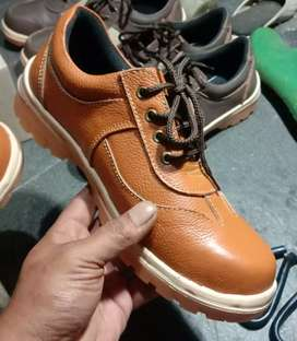Toko sepatu kulit safety besi bagian depan