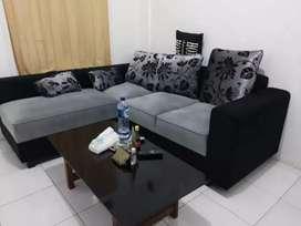 Sofa L hitam abu minimalis+bantal kain baldu.