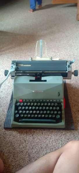 Mesin Tik Jadul Olivetti 82