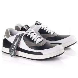 Sneakers sepatu Casual