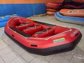 Perahu karet arung jeram warna merah