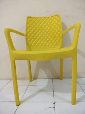 kursi plastik kuning