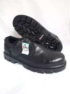 Sepatu pantofel safety ujung besi kulit asli