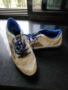White sports shoes Sparx