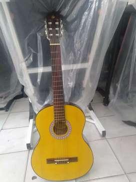 Gitar yamaha clasic jumbo senar nilon barang masih mulus baru seminggu
