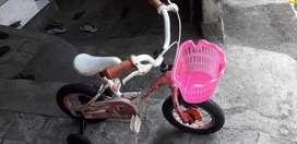 Sepeda anak perempuan R 12 plus roda bantuan
