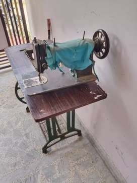 Sewing machine in working condition only top board broken