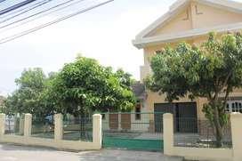 Rumah Mewah dan 2 Pintu Kos Kosan