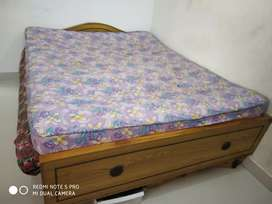 Queen size bed and sleepwell matress