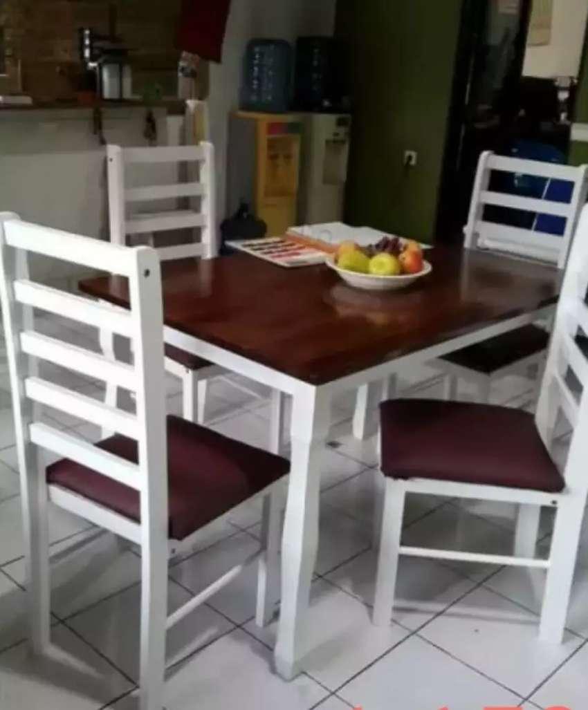 Meja makan Minimalist plus 4 kursi, cocok untuk rumah anda, kuat, awet 0