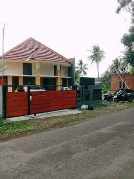 Rumah Pinggir Jalan Aspal Umbulmartani