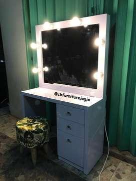 Meja Rias dengan Lampu Elegant