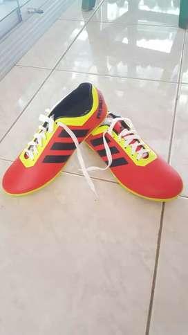 Sepatu futsal dewasa