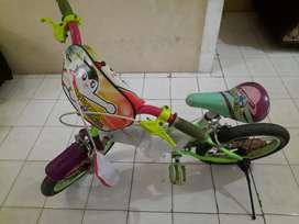 Di jual sepeda anak anak (Pemakaian anak perempuan)
