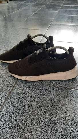 Sepatu adidas RUN