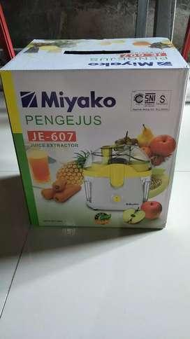 Pembuat juice buah (Juice extractor) Miyako JE-607