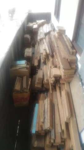 Bongkahan kayu balok dan papan