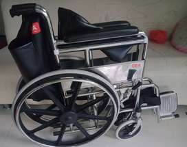 Kursi roda lipat untuk alat bantu berjalan.