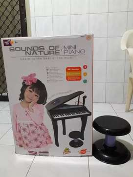 Piano mainan anak. Model grand piano. Warna hitam.Masih bagus & normal