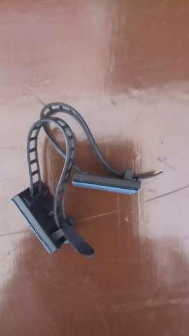 Klip pengikat kabel yg bisa disesuaikan.
