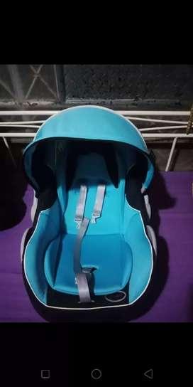 Dudukan bayi mobil