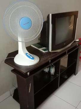 Menjual alat elektronik  tv  21 inc merek LG  dan  lemari   tv.