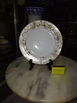 Piring keramik dengan motif bayi bersayap